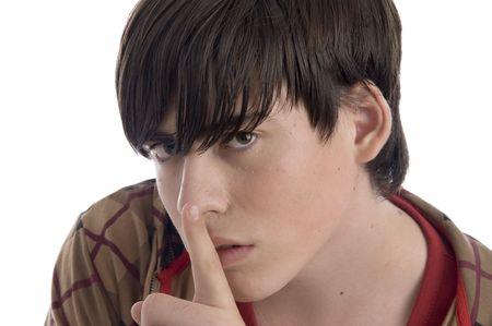 keep silent: ragazzo che si incarica di tacere su uno sfondo isolato Archivio Fotografico