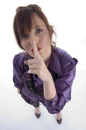 keep silent: donna che chiede di mantenere il silenzio su sfondo bianco