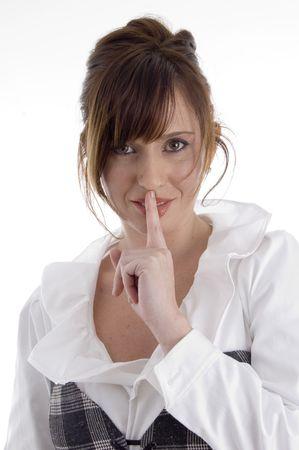guardar silencio: sonriente mujer instruir a guardar silencio sobre un aislado fondo Foto de archivo