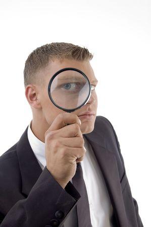 usługodawcy: przystojny usługodawcy z powiększone oko odizolowane na białym tle