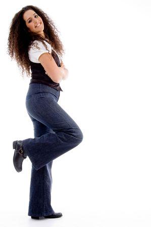 side pose: parte de lo que plantean modelo contra el fondo blanco