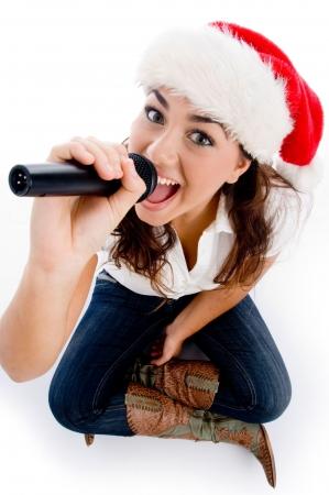 cappello natale: modello di partecipazione e karaoke natale indossare cappello contro sfondo bianco