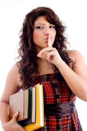 guardar silencio: joven estudiante pidiendo a guardar silencio con fondo blanco