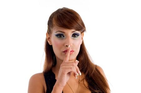 keep silent: sexy donna istruire i giovani a restare in silenzio su un isolato di sfondo