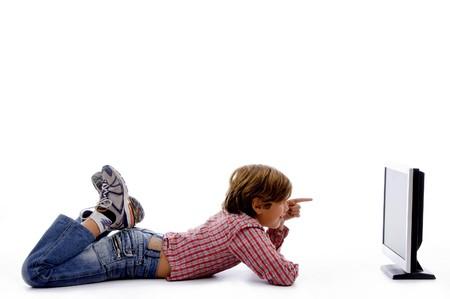 side pose: plantean de cara muchacho mirando una pantalla de fondo blanco aisladas