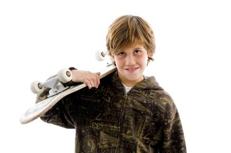 ni�o en patines: retrato sonriente muchacho de la celebraci�n de una patineta sobre fondo blanco aisladas