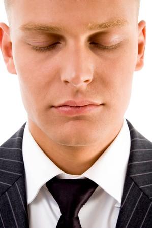 closed eyes: man die met gesloten ogen op een geïsoleerde achtergrond Stockfoto