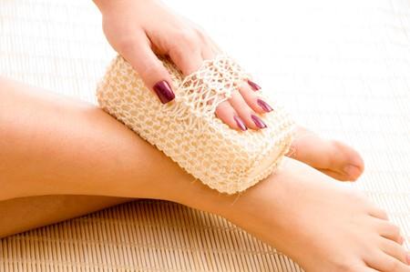 fregando: cerrar la vista de la mujer en el lavado de la pierna spa Foto de archivo