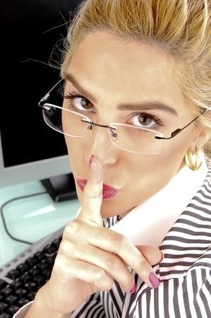 keep silent: lato pongono di imprenditrice chiedendo di restare in silenzio in un ufficio Archivio Fotografico