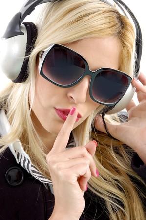 keep silent: vista frontale della donna godendo la musica e chiede di tacere