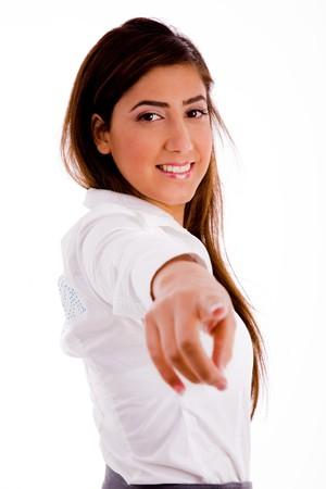 side pose: pose de cara sonriente businesswoamn apuntando contra el fondo blanco