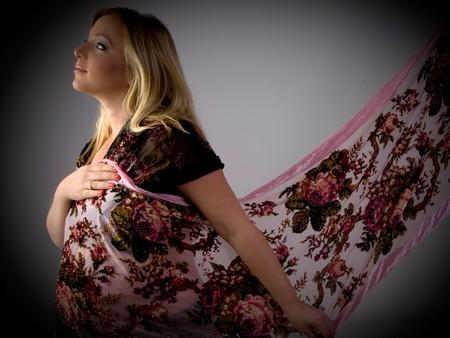 stola: Seitenansicht von schwangeren Frauen das Tragen stahlen auf einem isolierten wei�em Hintergrund