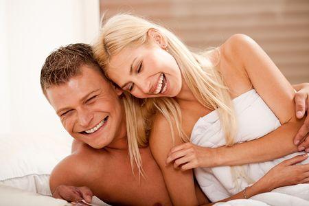 femme noire nue: couple heureux