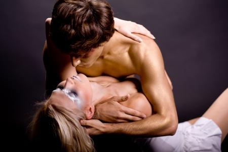 faisant l amour: En couple de jeunes gens de faire l'amour Banque d'images