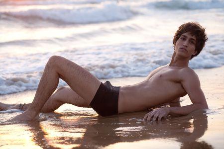 nackte brust: Handsome m�nnlich Modell am Strand