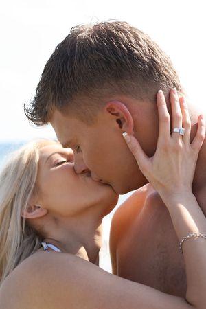 pareja besandose: Close-up de besos pareja de j�venes