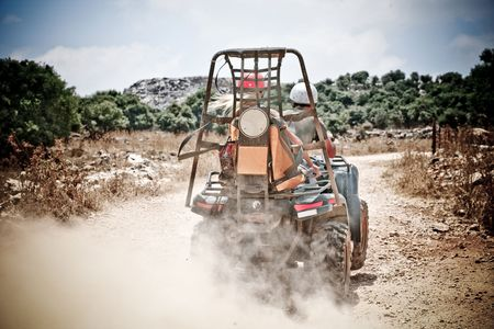 aggressively: ATV aggressivo dei sentieri che attraversano lasciando dietro di spruzzi di fango Archivio Fotografico