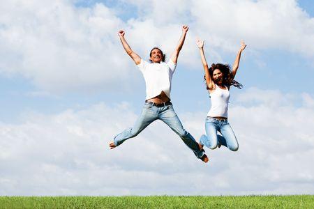 Jumping vreugdevolle paar