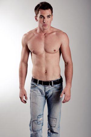 nackte brust: Sch�ner J�ngling zu Fu� in Richtung Kamera