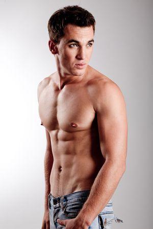 hombres sin camisa: Primer plano de hombre joven mirando a otro lado
