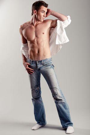 nackte brust: Mode-Shot eines jungen Mannes looking away