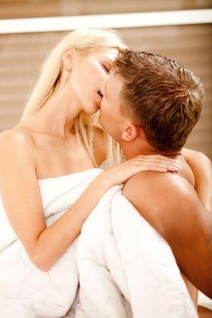 Jeune couple faire l'amour et baiser dans la chambre Banque d'images - 5674044