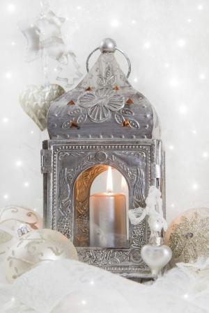 velas de navidad: Cerca de la linterna de metal de plata con luz de las velas