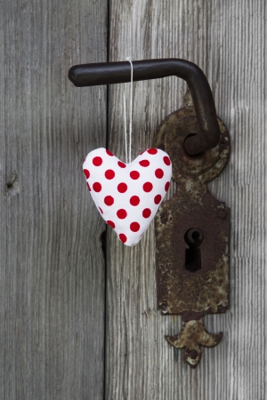 polka dotted: Forma Polka coraz�n punteado colgando de pomo de la puerta