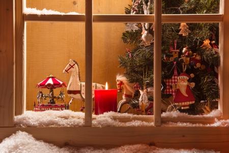 Sfeervolle kerst venster met oude hobbelpaarden