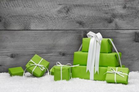 carte de voeux noel: Carte de voeux de No�l ou bon avec les coffrets cadeaux verts Banque d'images