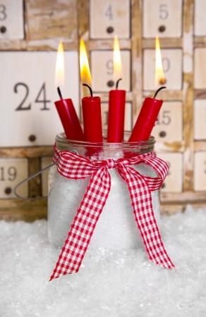 velas de navidad: Nochebuena cuatro velas rojas con un fondo blanco advenimiento calendario shabby