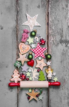 adornos navideños: Árbol de Navidad - decoración de estilo shabby chic - una idea para una tarjeta de felicitación Foto de archivo
