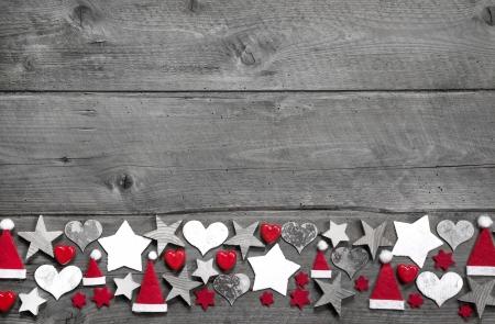 회색 나무 배경에 크리스마스 장식 테두리