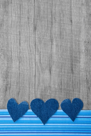 stile country: Tre cuori di jeans sullo sfondo in legno con strisce blu cornice shabby chic in stile country