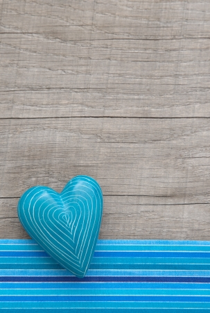 stile country: Blu shabby chic cuore in stile rustico su un vecchio sfondo di legno per il giorno di Natale o il padre s
