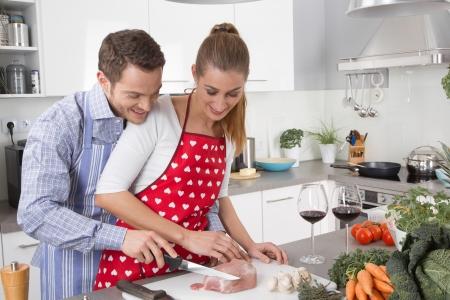 haciendo el amor: Pareja de enamorados cocinar juntos en la cocina y divertirse