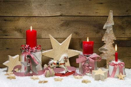 tarjeta de navidad decorado con velas rojas y las estrellas sobre fondo de madera fotos retratos imgenes y fotografa de archivo libres de derecho