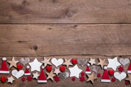 atmosfere: Cuore di Natale e stelle decorazione come bordo o una cornice su sfondo di legno Archivio Fotografico