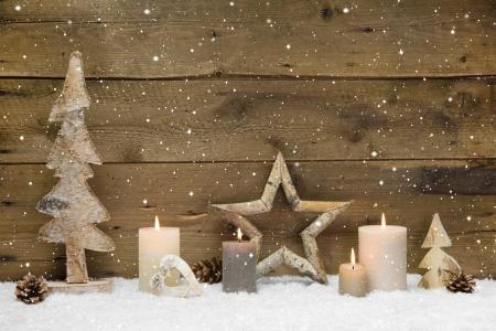 Rustiek - hout - met kaarsen en sneeuwvlokken voor kerst