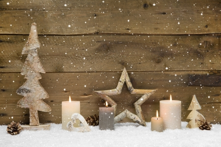 kerze: Rustikaler - Holz - mit Kerzen und Schneeflocken f�r Weihnachten Lizenzfreie Bilder