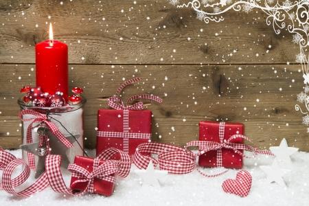 Atmosferica Cartolina di Natale con rosso candela accesa e presenta su fiocco di neve di legno Archivio Fotografico - 22967943