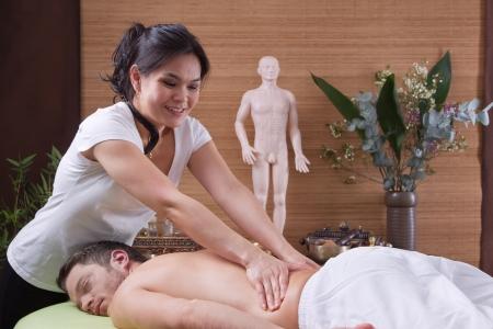 homme massage: Mains de femme faisant massage au spa - homme - le temps pour se détendre Banque d'images