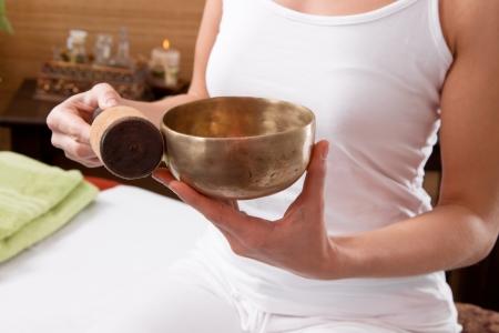 Handen houden klankschaal voorbereid voor meditatie - tijd voor een behandeling