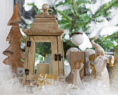 whittle: Window sill decorated with Christmas angels, lantern and a pine tree - traditional in green and white