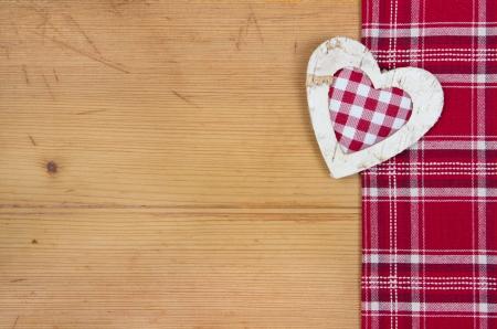 stile country: Biglietto di auguri con cuore rosso e bianco a scacchi per il Natale o legno di nozze - stile country - dire grazie Archivio Fotografico