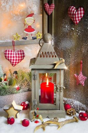 stile country: Country Style - Decorazioni di Natale con il legno, candele e cuore rosso a scacchi