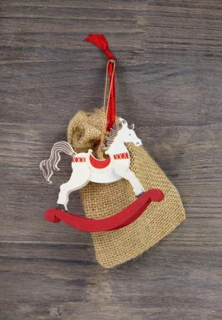 stile country: A dondolo oa cavallo giocattolo di legno - decorazioni di Natale rosso e bianco in stile country Archivio Fotografico