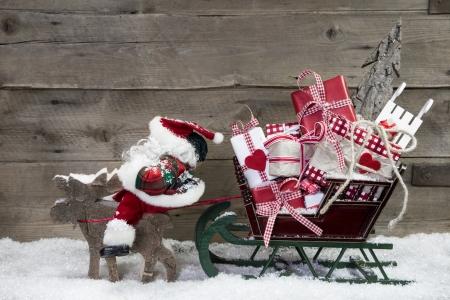 stile country: Decorazioni di Natale card: alci tirano Santa slitta con presenta su un fondo in legno - rustico di campagna in stile cartolina