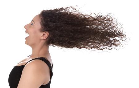 Windy profiel van lachende vrouw met haar waait in de wind op een witte achtergrond - de zomer - gelukkige dag Stockfoto