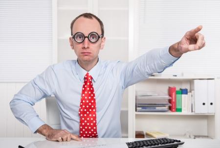 despido: Jefe agresivo dice - salir de mi oficina - el despido - con corbata roja y camisa azul
